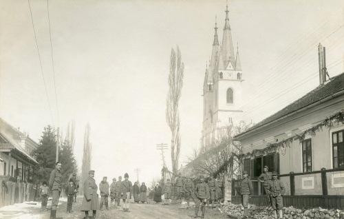 Gyergyóditró:magyar honvédek és a nagytemplom,1917.