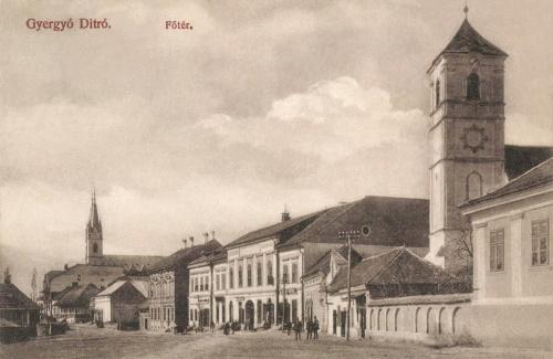 Gyergyóditró:Főtér a régi és új katolikus templommal,1908.