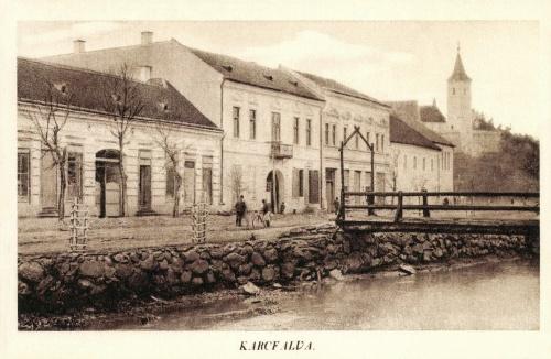 Karcfalva:látkép az üzletekkel és a templommal,1942.