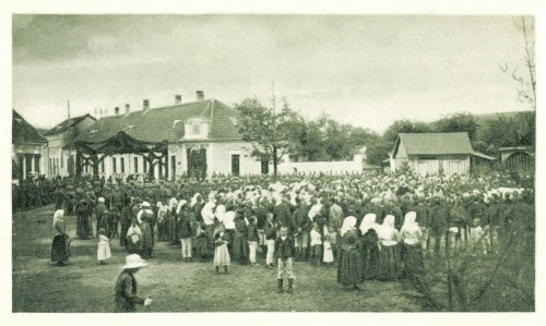 Kászonaltiz:14. honvéd gyalogezred ünneplése a diszkapu előtt,1915.