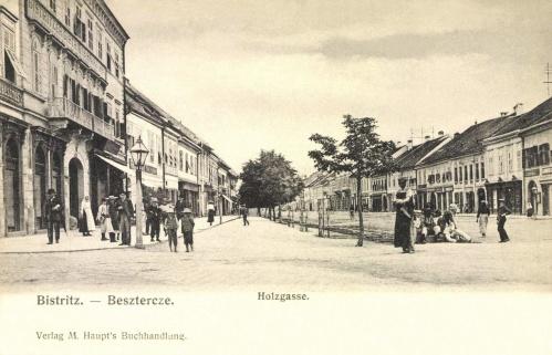 Beszterce:Fa utca,balra a besztercei takarékpénztár,1906