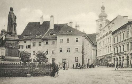Teutsch evangélikus püspök,történész szobra a Huet téren.1912