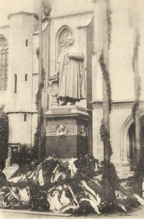 Georg Daniel Teutsch evangélikus püspök szobra,felavatták:1899 aug.19-én.