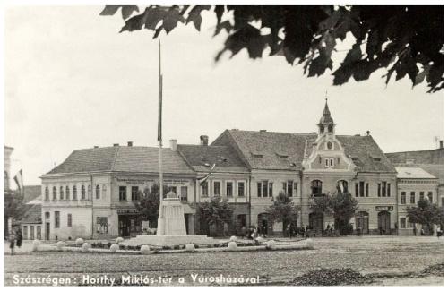 Szászrégen:országzászló a városházával,1944.