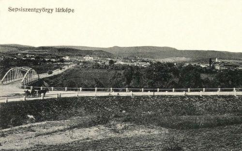 Sepsiszentgyörgy:országút a város felé az új vashiddal az Olt folyó felett,1912.