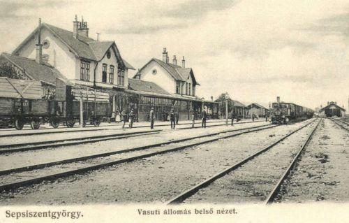 Vasútállomás belső nézete a peronokkal és vonatokkal,1906.