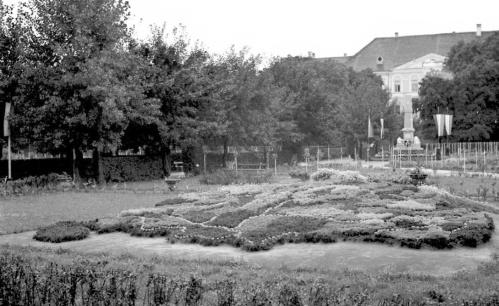 Történelmi Magyarország térképe a parkban,hátul a Honvéd-szobor,1941.
