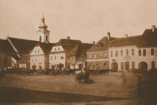 Kézdivásárhely:főtéri piac a templommal,1865 körül.